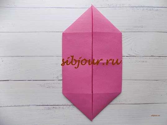 Сервировочная салфетка в виде мельницы. Складки в виде треугольников со всех уголков квадратной заготовки