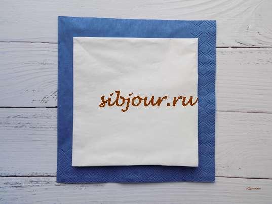 2 бумажные салфетки разного размера и цвета