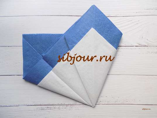 Сервировочные салфетки в виде пера. Переворачивание заготовки