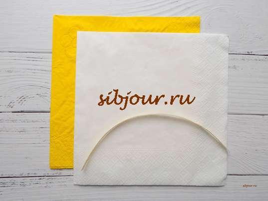 Пара салфеток желтого и белого цвета, а также кусочек золотистой ленты