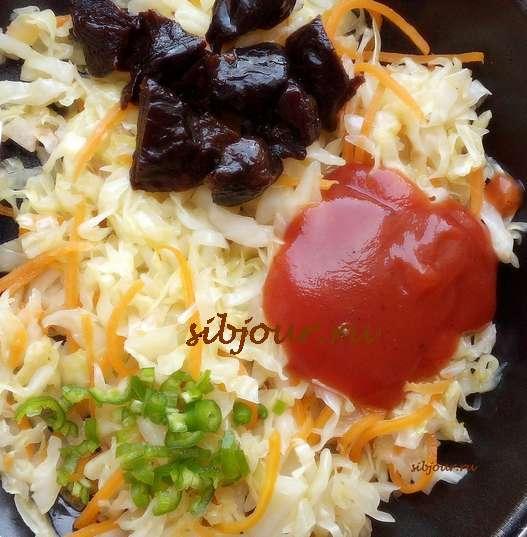 Добавление томатной пасты, зеленого пепперони, чернослива