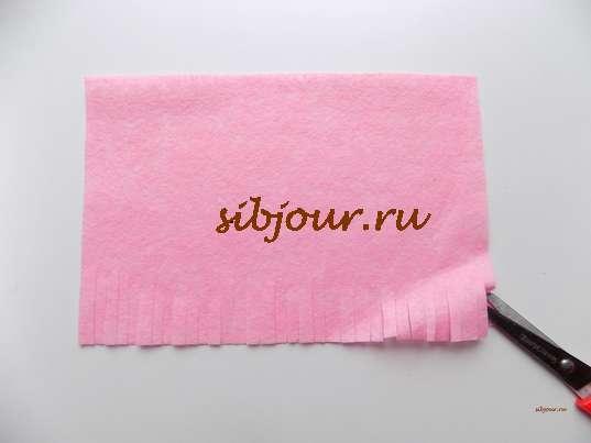 Как оформить шоколадку в подарок. Прямоугольник из розовой вискозной салфетки