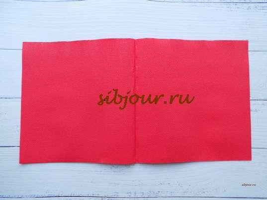 Красная бумажная салфетка