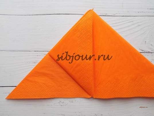 Верхний левый уголок подгибаем его к вершине треугольника.