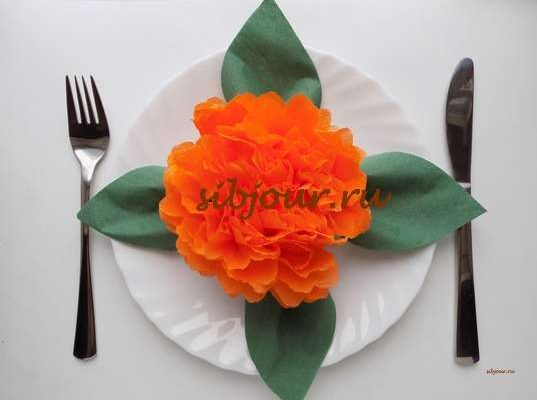 пышный цветок из салфетки