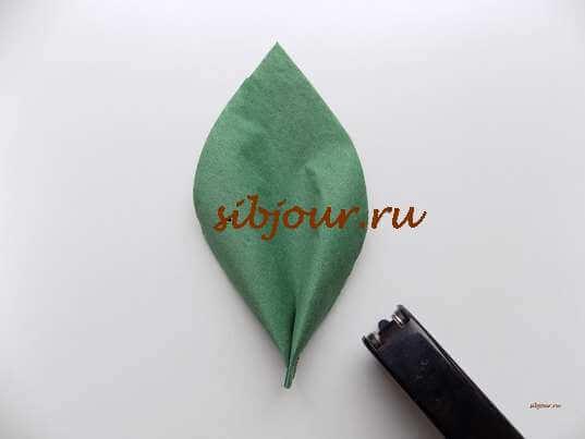 Скрепление основания листочка степлером