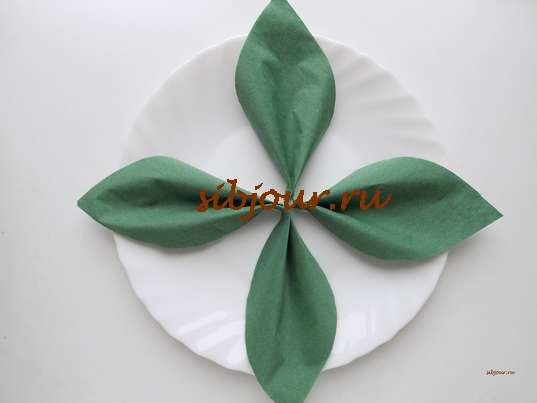 Пышный цветок из салфетки. Листочки на тарелке