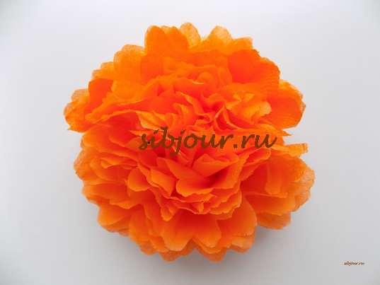 пышный цветок из бумажной салфетки